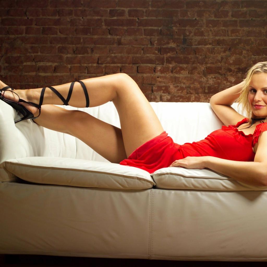 Секс с блондинкой в красном платье145