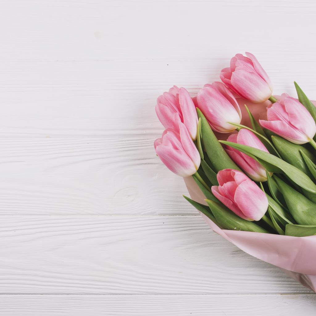 Шаблон открытки с тюльпанами, рисованные девушки смешные