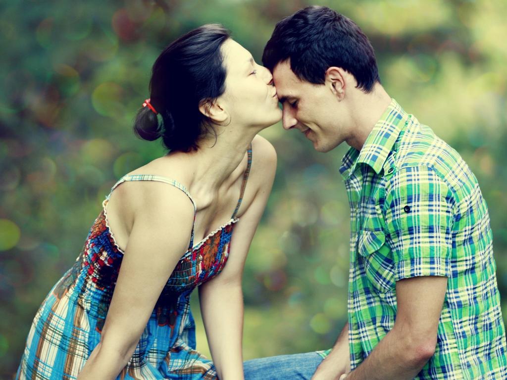 начала поцелуй в голову молодые что наши