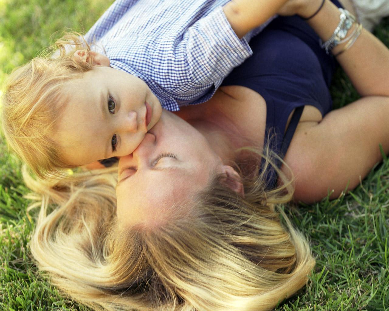 Фото блондинок с детьми сзади