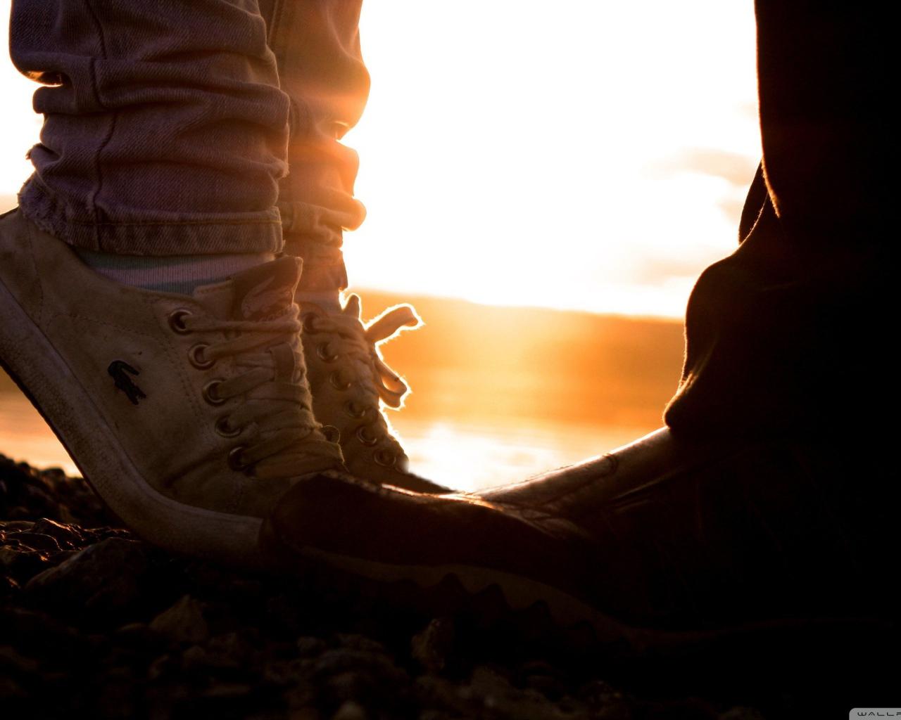 Целует ей ножки в носочках 7 фотография