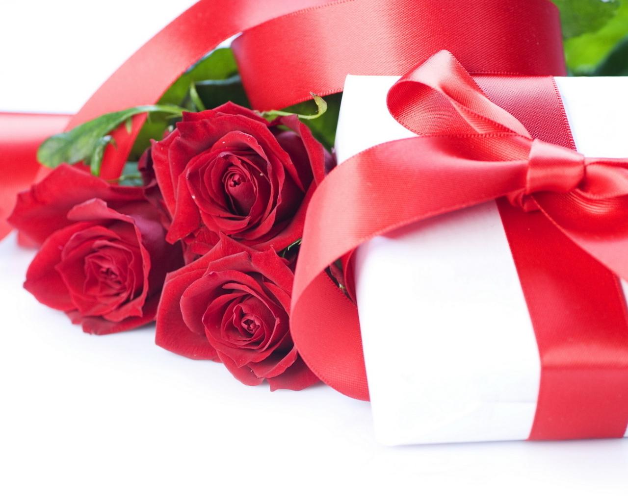 Открытка для девушки с подарком 682