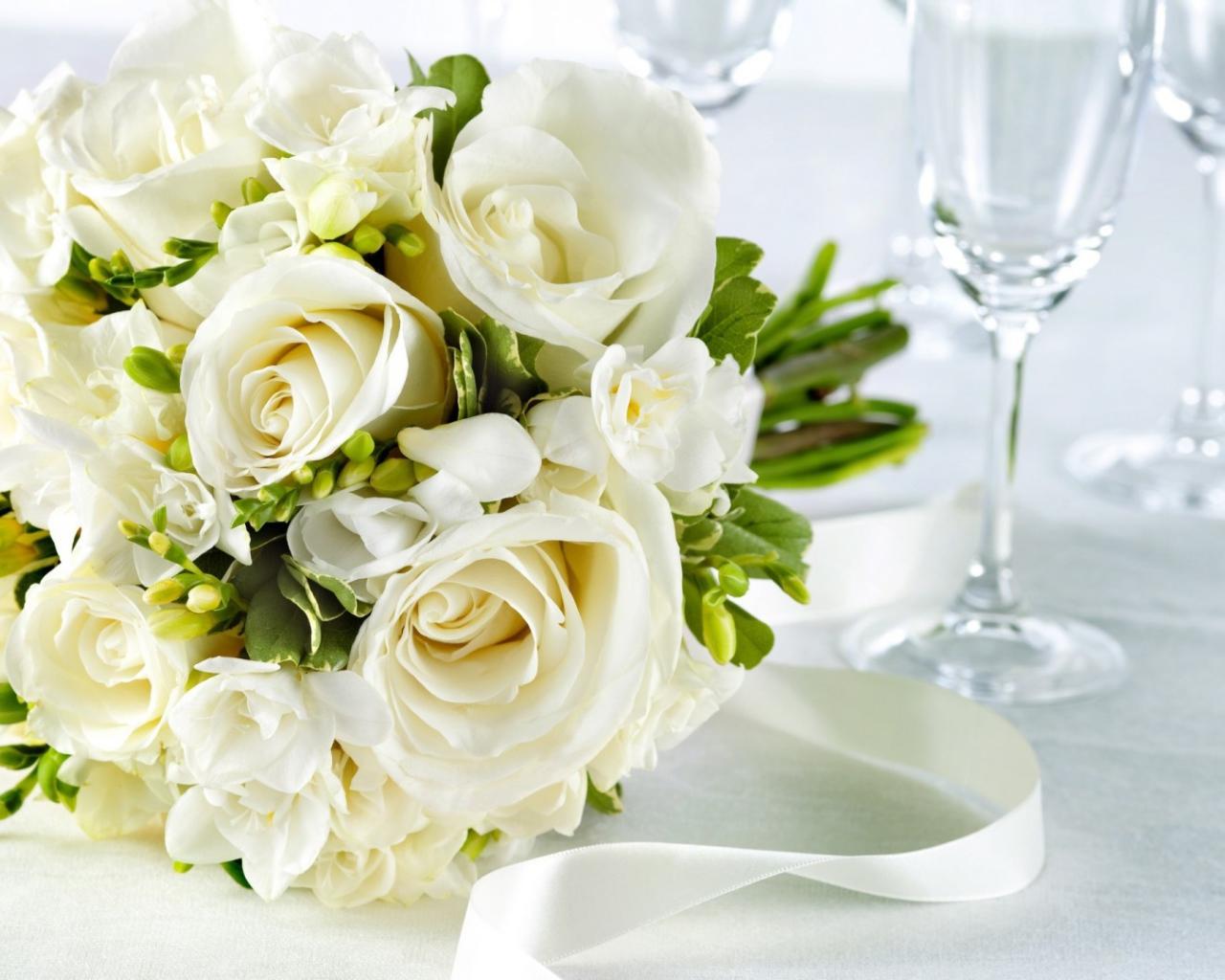 Роза, свадебный букет на столе