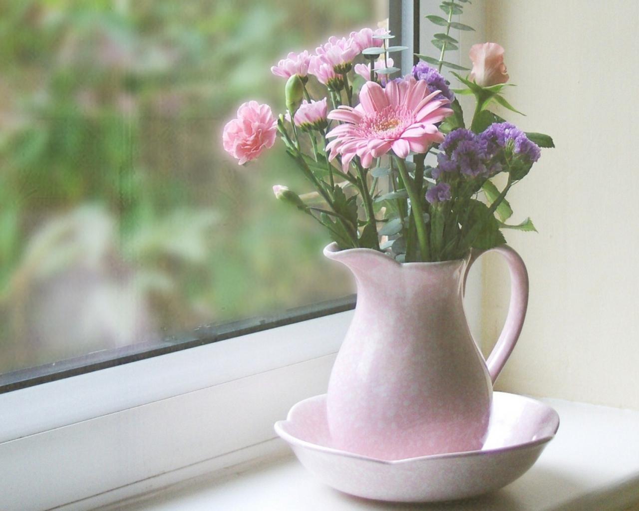 Открытки стол с вазой и цветами у окна, соболезнования поводу