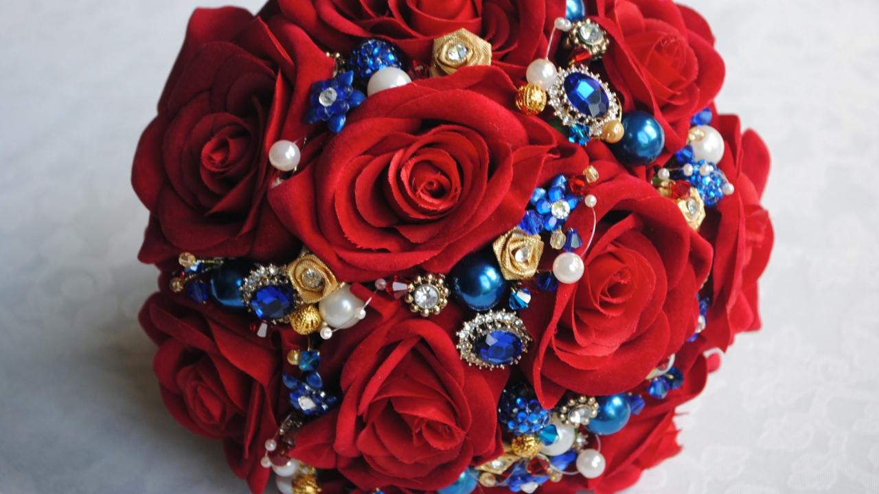 Красно-синие цветы букеты