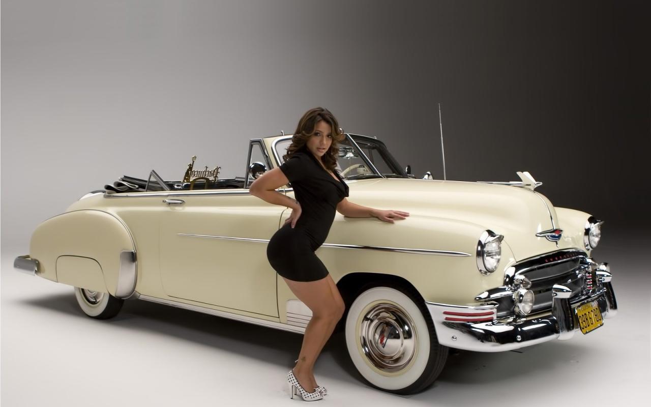 Фото красивых девушек возле автомобиля 1 фотография