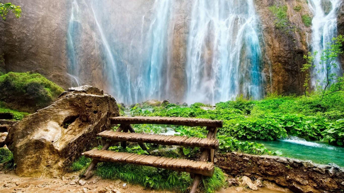 http://www.zastavki.com/pictures/1366x768/2011/Nature_Waterfalls_Amazing_waterfall_030186_.jpg