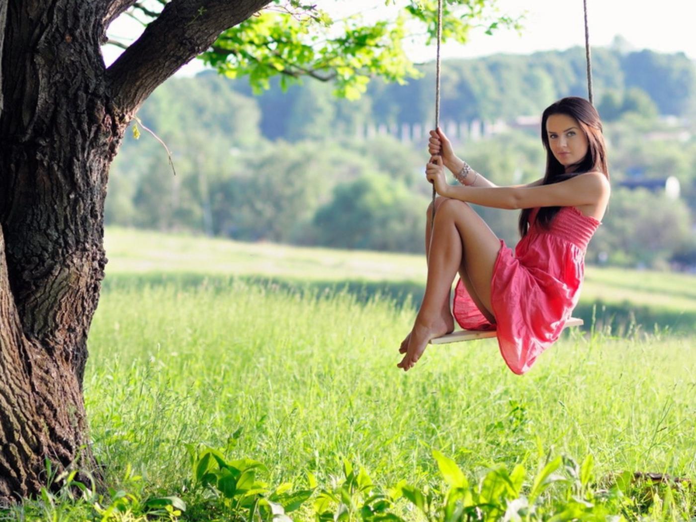 Качели на дереве с девушкой фото