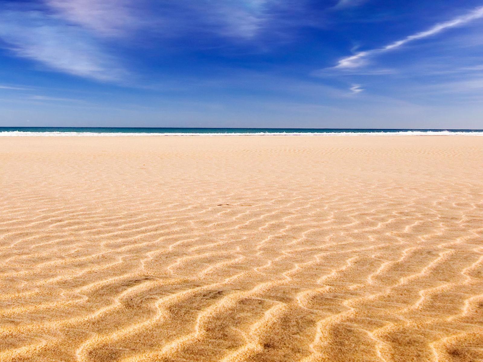 Песочный пляж в фото
