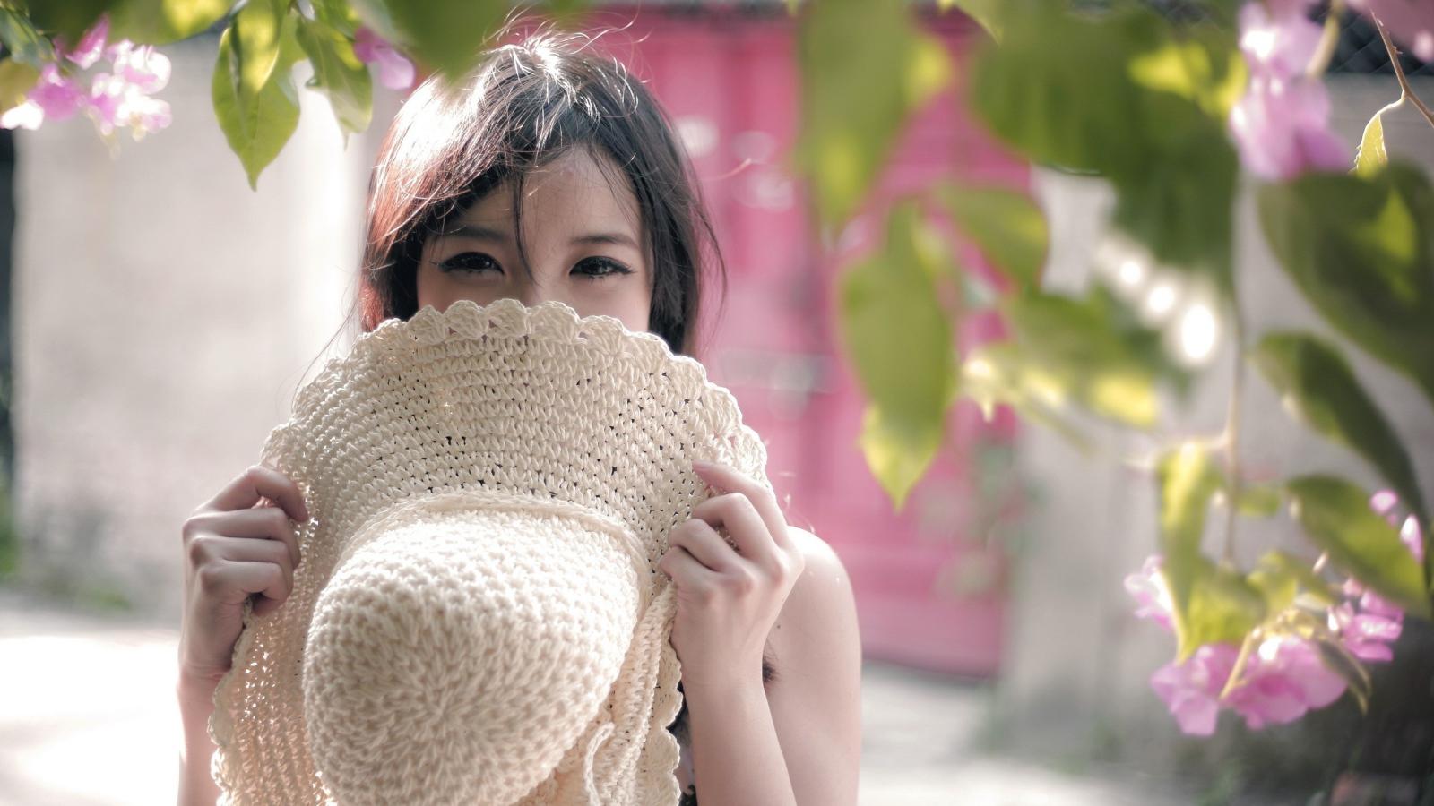 Фото девушка прикрывает лицо цветами