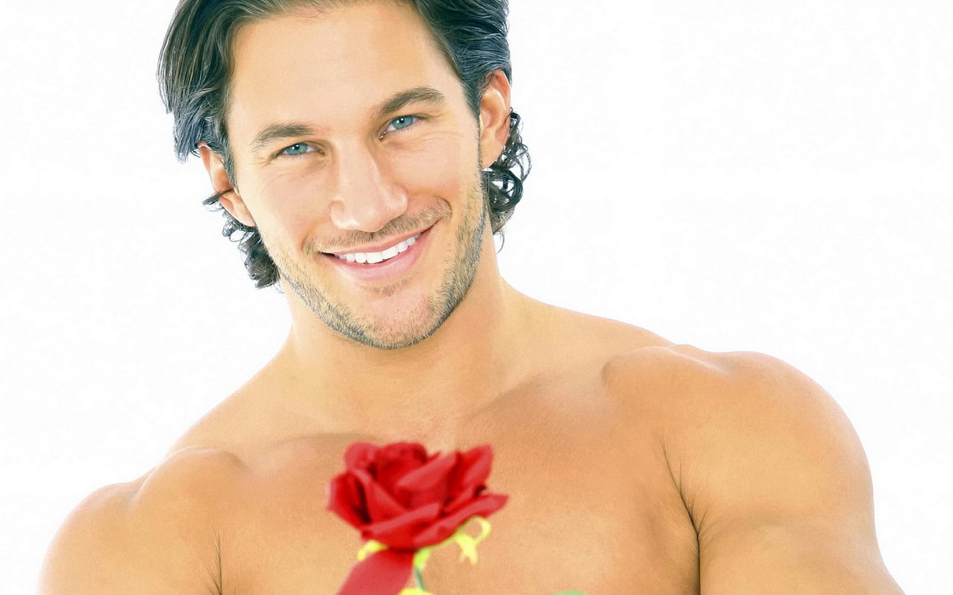 Фото красивого мужчины с цветами