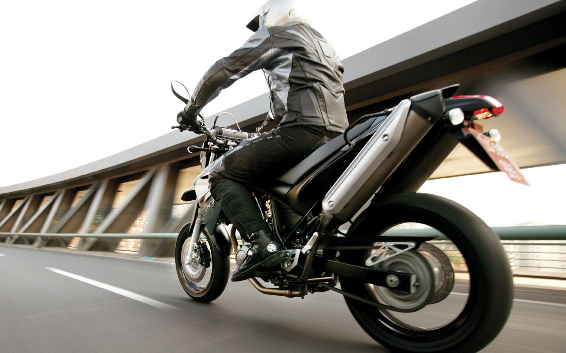 http://www.zastavki.com/pictures/1920x1200/2010/Motocycles_Yamaha_Bikes_Yamaha_XT660X_2004_023658_.jpg