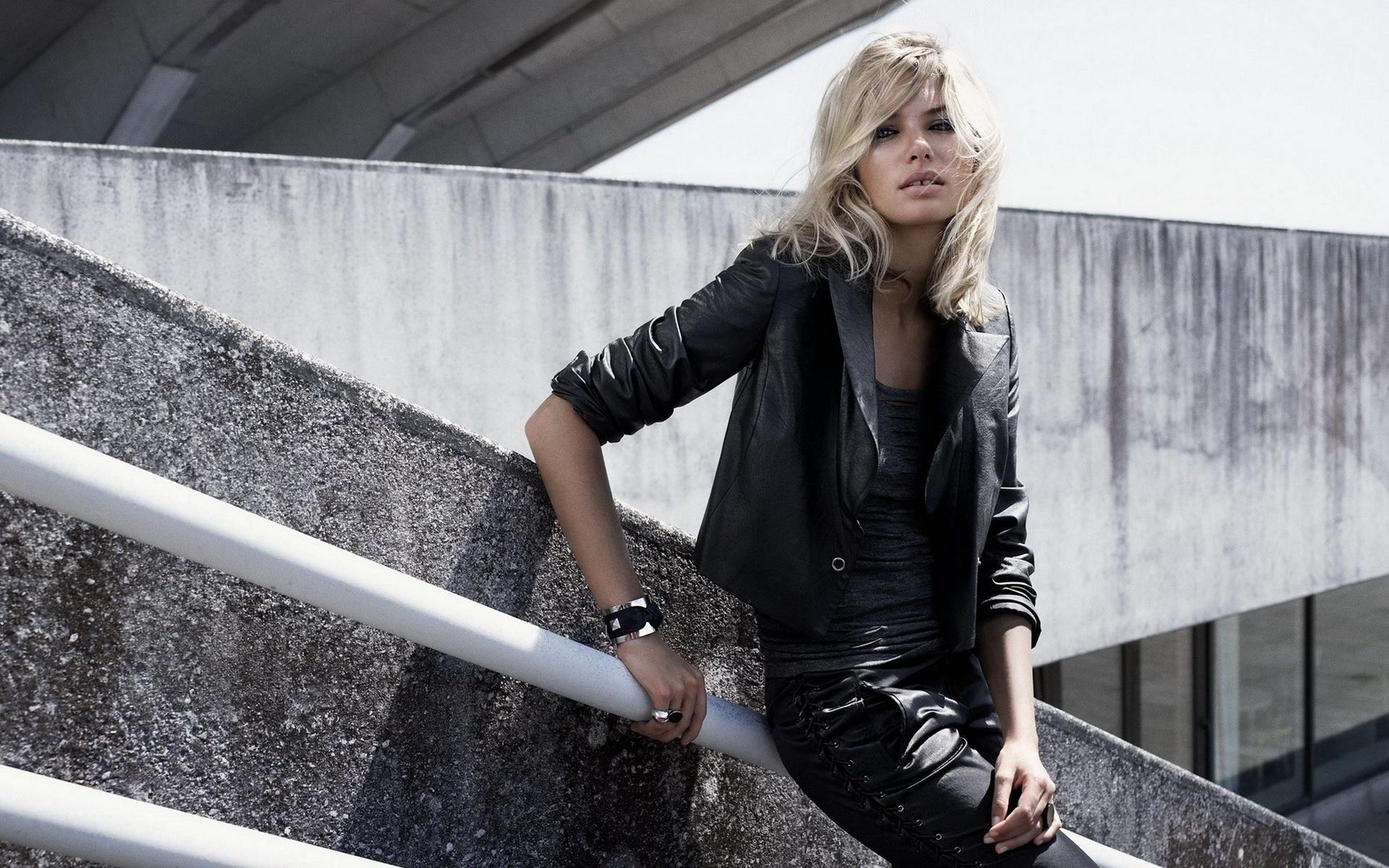 Картинка блондинки в костюме черном