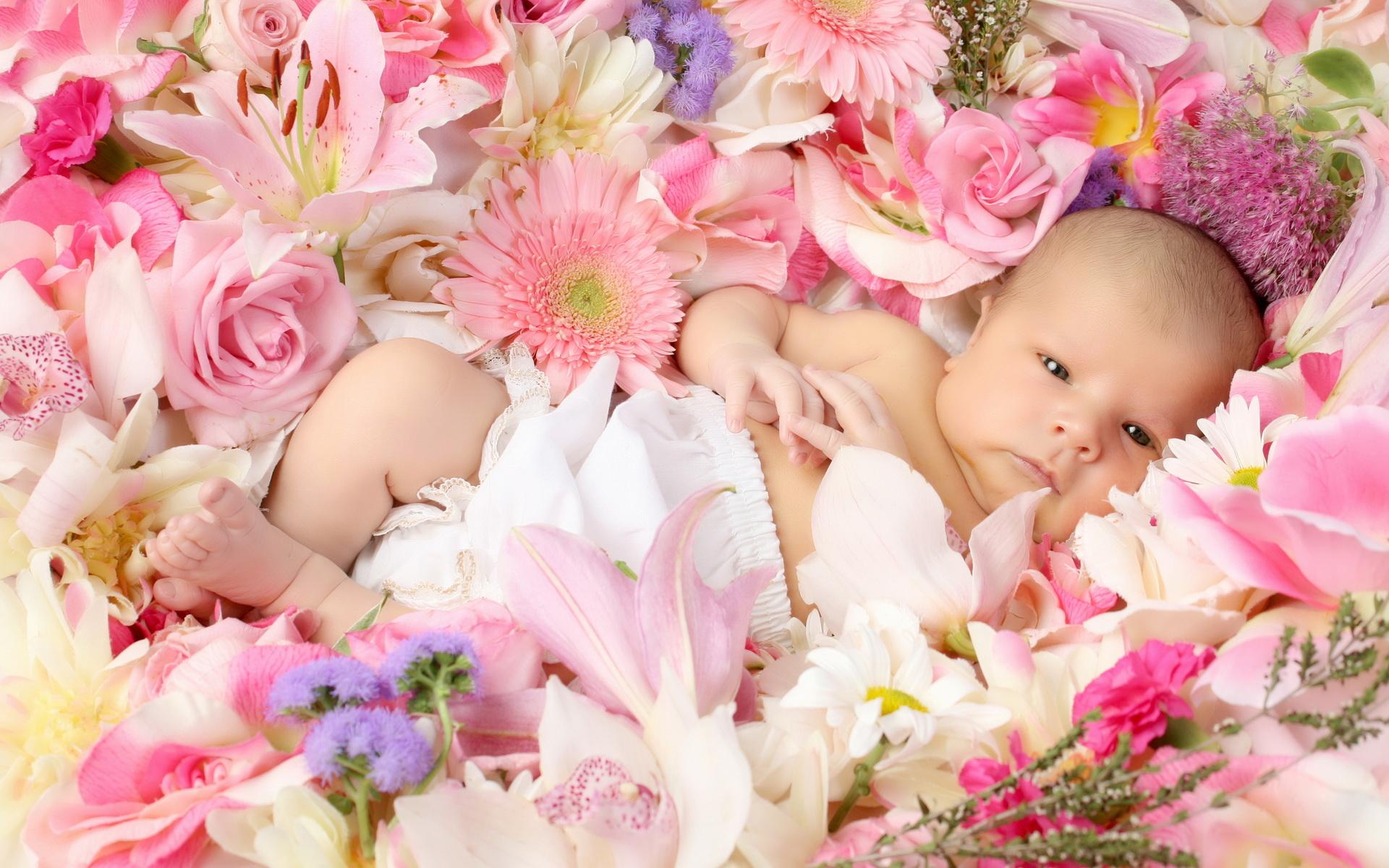 Младенец с цветком