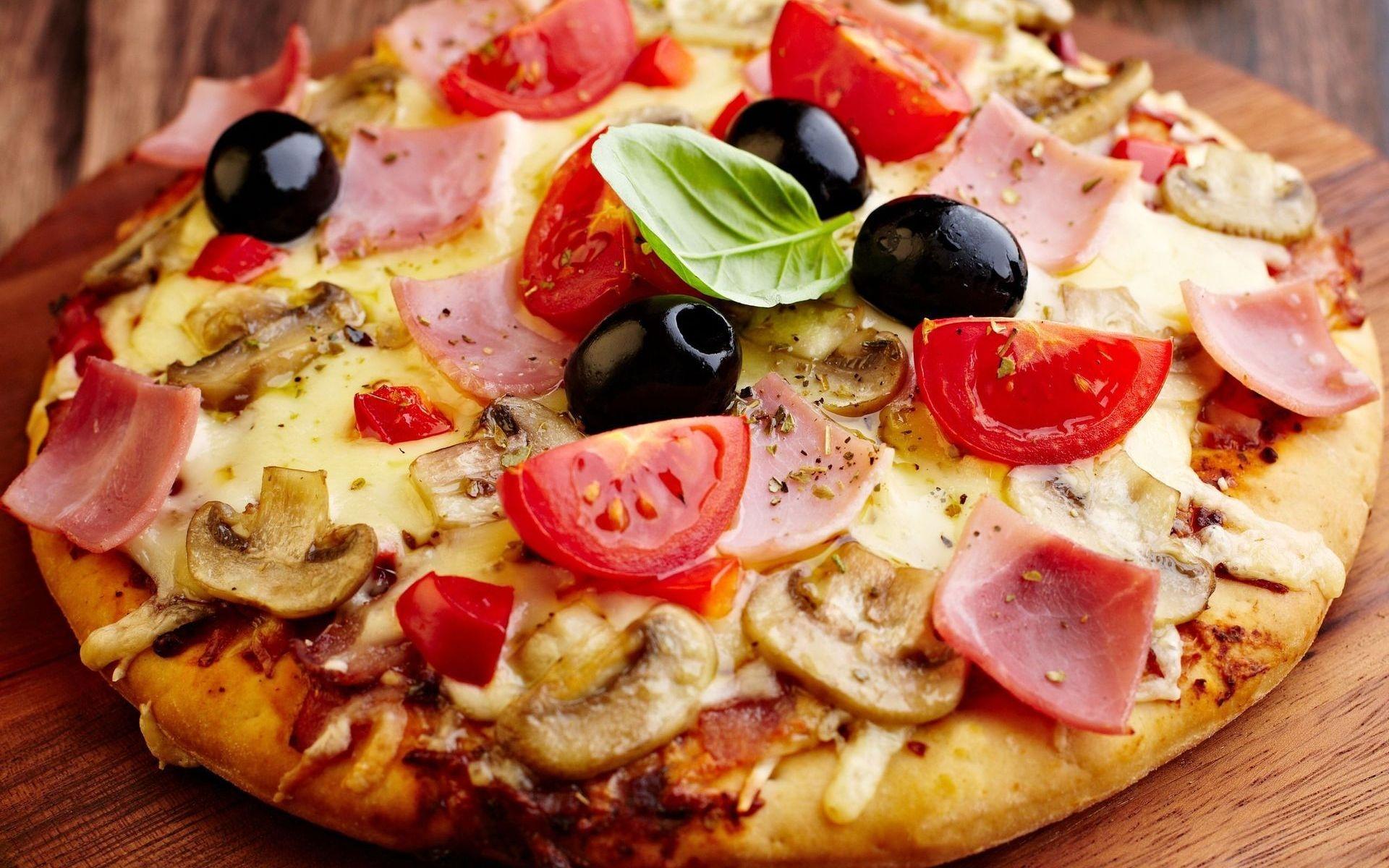 Пицца с колбасой помидорами и сыром рецепт с фото пошагово ...