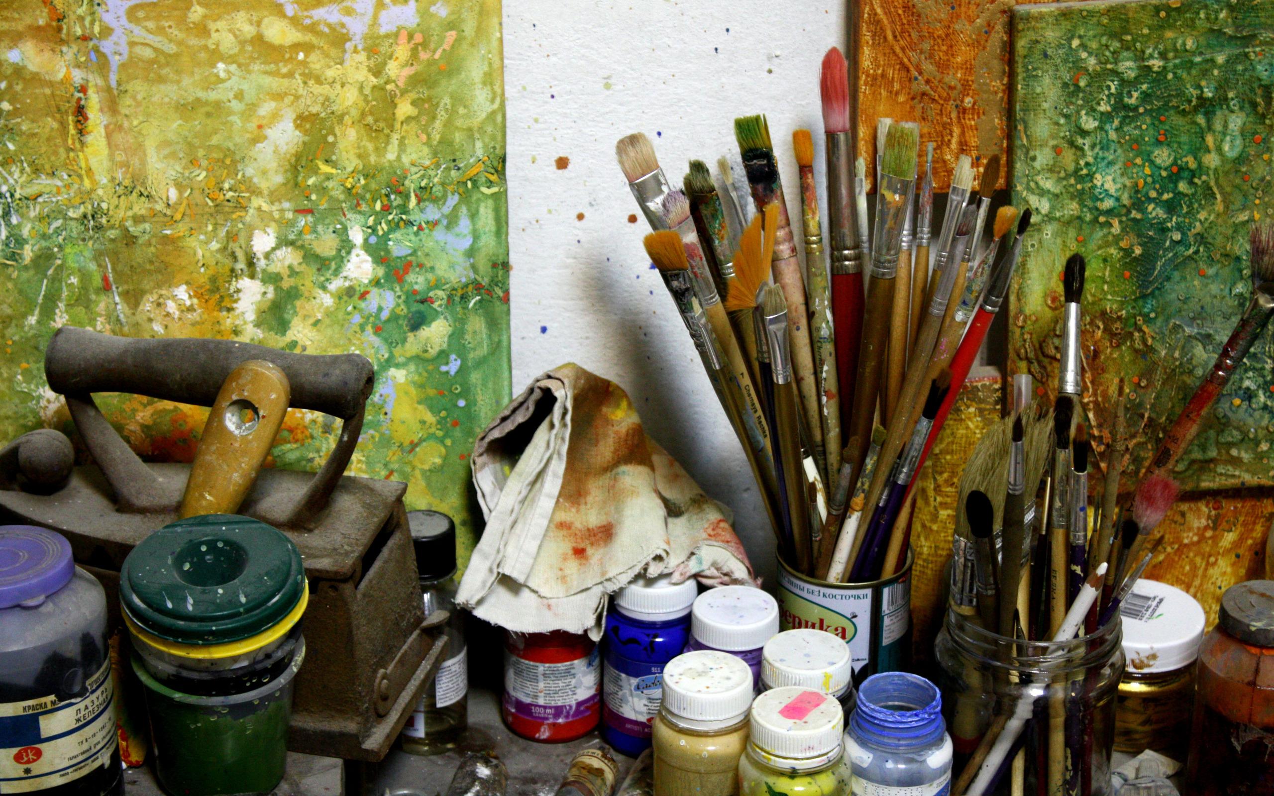 Художник рисует обои для рабочего стола