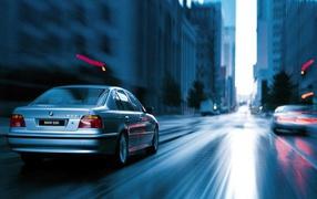 В движении BMW 528i