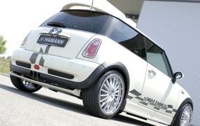 Белый Mini Cooper вид сзади