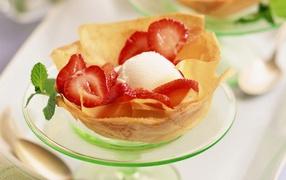 Ice cream with strawberries