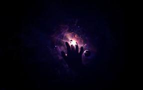 Закрывая свет рукой