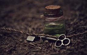 ключ, маленькие вещи, баночка, нитка, земля