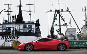 Красный автомобиль на пристани