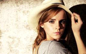 Актриса Эмма Ватсон в белой шляпе