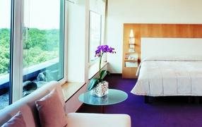 Интерьер спальни с орхидеей