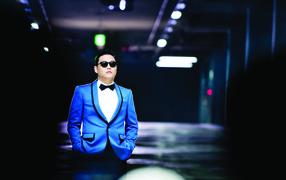 PSY в голубом костюме