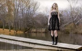 Taylor Swift on the bridge