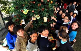 Дети рядом с новогодней елкой