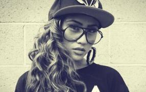 Красивая девушка в очках, swag