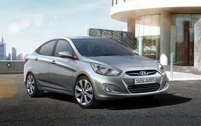 Автомобиль Hyundai Solaris на дороге