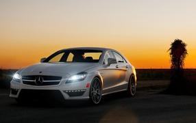 Красивый Mercedes benz cls63