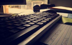 Черная компьютерная клавиатура