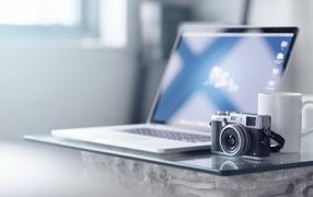 Современный ноутбук и ретро фотоаппарат