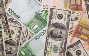 Купюры евро и доллар