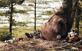 Толстый медведь сидит у дерева
