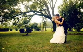 Поцелуй влюбленных в парке