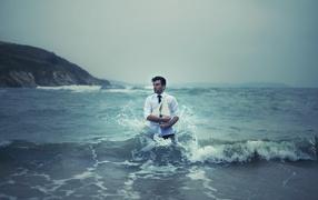Мужчина с кораблем в море