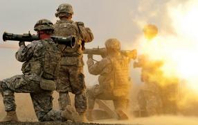 Солдаты стреляют из гранатометов
