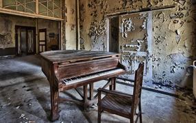 Старый рояль в заброшенном доме