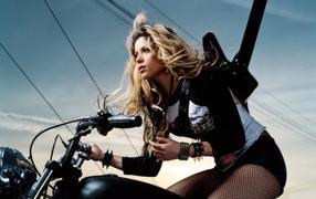 Певица Шакира на мотоцикле