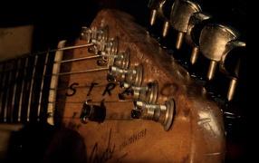Гриф гитары со струнами