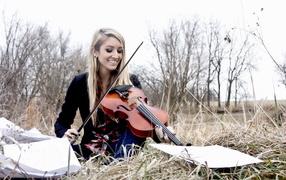 Девушка со скрипкой на природе