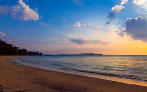 Спокойный закат на пляже
