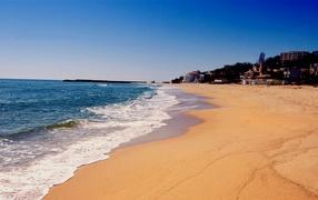 Пляж с золотым песком