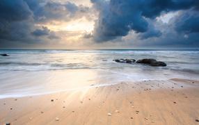 Черные облака над пляжем