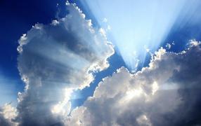 Лучи солнца из облаков