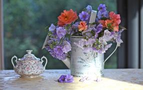 Букет цветов и сахарница
